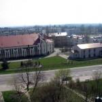 Parafia pw św. Alberta Chmielowskiego. W tle osiedle Młodzieżowej Spółdzielni Mieszkaniowej.